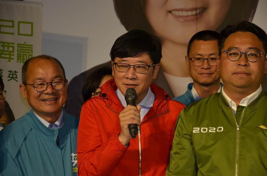 無黨籍立委趙正宇(中)自行宣布當選。(賴佑維攝)