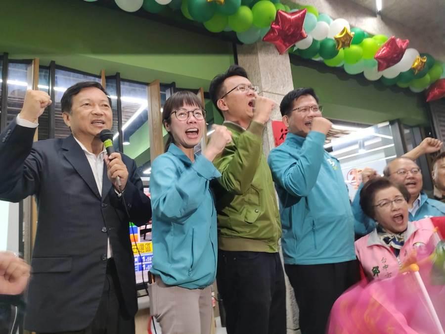 台中立委第5選區民進黨立委候選人莊競程(左3),今天晚間7點12分自行宣布當選。(張妍溱攝)