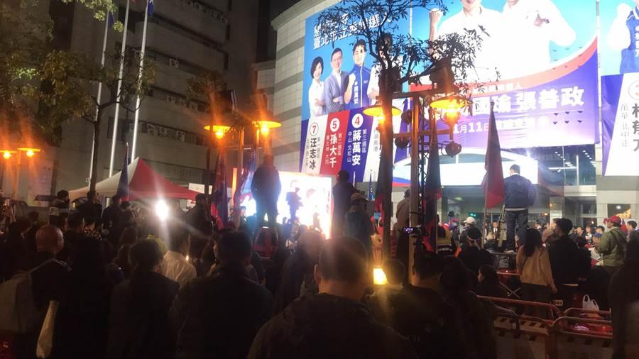 國民黨部前在晚間8時許,約有200名民眾聚集,並未發生衝突。(林郁平攝)