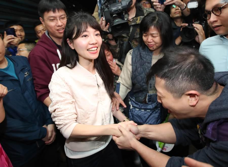高嘉瑜與熱情民眾握手感謝支持。(鄭任南攝)