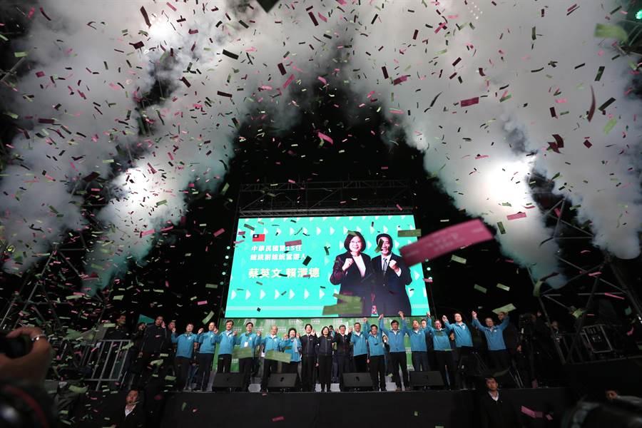 2020總統大選11日開票結果出爐,民進黨總統、副總統候選人蔡英文、賴清德狂勝對手,兩人晚間與行政團隊、競選團隊一同現身戶外舞台,向民眾鞠躬致謝。(黃世麒攝)