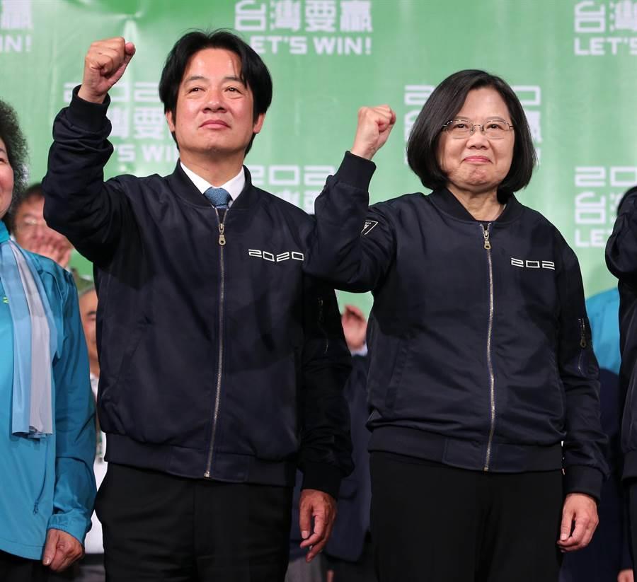 2020總統大選11日開票結果出爐,民進黨總統、副總統候選人蔡英文(右)、賴清德(左)狂勝對手,兩人晚間一同現身戶外舞台,接受群眾歡呼。(黃世麒攝)
