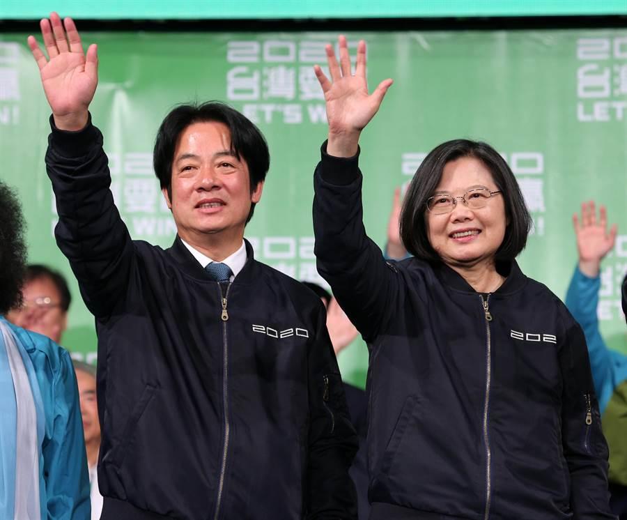 2020總統大選11日開票結果出爐,民進黨總統、副總統候選人蔡英文(右)、賴清德(左)狂勝對手,兩人晚間一同現身戶外舞台,向群眾揮手感謝。(黃世麒攝)
