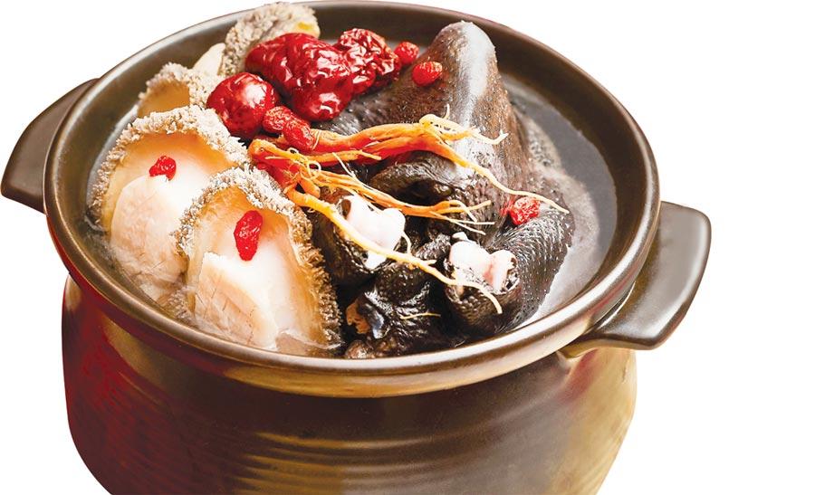 台北西華飯店今年除有〈頂級花膠佛跳牆〉外,並另外推出〈私房鮑魚烏骨雞湯〉(如圖)與〈羊肚蕈素燉菇湯 〉供家庭圍爐。圖/台北西華飯店