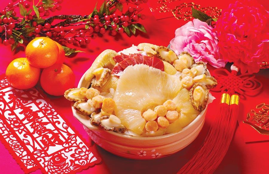 台北花園大酒店今年推出的外帶年菜,除有〈老雞上湯佛跳牆〉,並另外準備了〈花膠干貝鮑魚燉排翅〉供圍爐。圖/台北花園大酒店