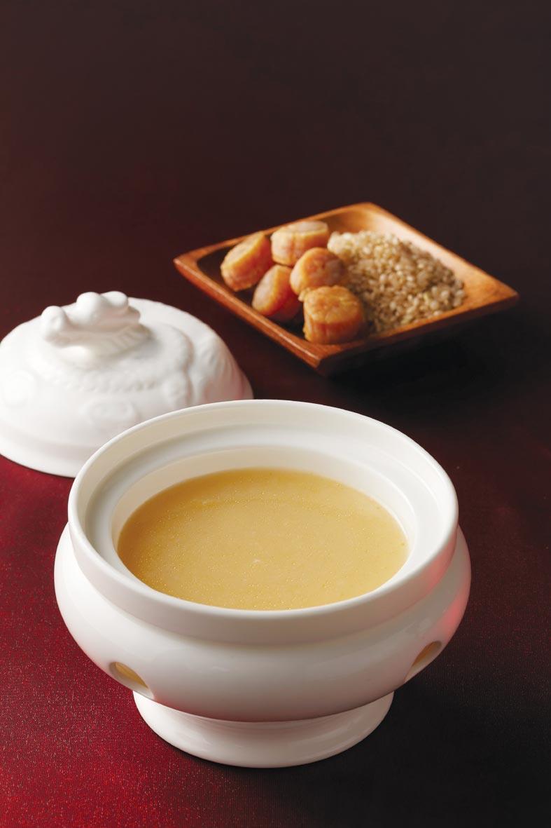 寒舍艾美酒店推出的〈寒舍雞粥〉,是將黃皮雞加入糙米取代勾芡,以及巴西蘑菇與北海道干貝熬成鮮醇甜美上湯湯底。圖/寒舍艾美酒店