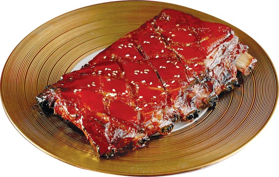 台北喜來登飯店年菜〈蜜汁燒排骨〉,滿足人們過年圍爐要大魚「大肉」的喜好。圖/台北喜來登飯店