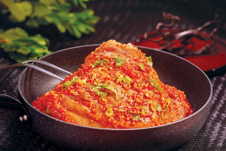 台北國賓飯店外賣年菜新品〈東坡肘子〉,將豬肘用辛香料燜煮四小時,再以泡椒提味,豪氣澎湃。圖/台北國賓飯店