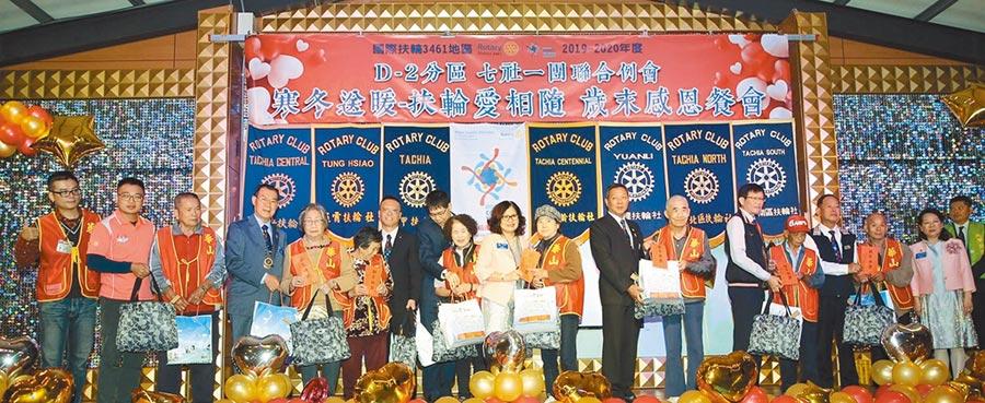 大甲百齡扶輪社社長廖春傛(右九)贈送給80位獨居長者禮金及禮品。圖/大甲百齡扶輪社提供