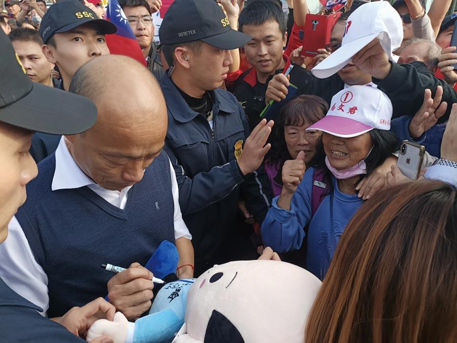 草屯粉絲拿出「韓國瑜娃娃」要求簽名。(張晉銘攝)