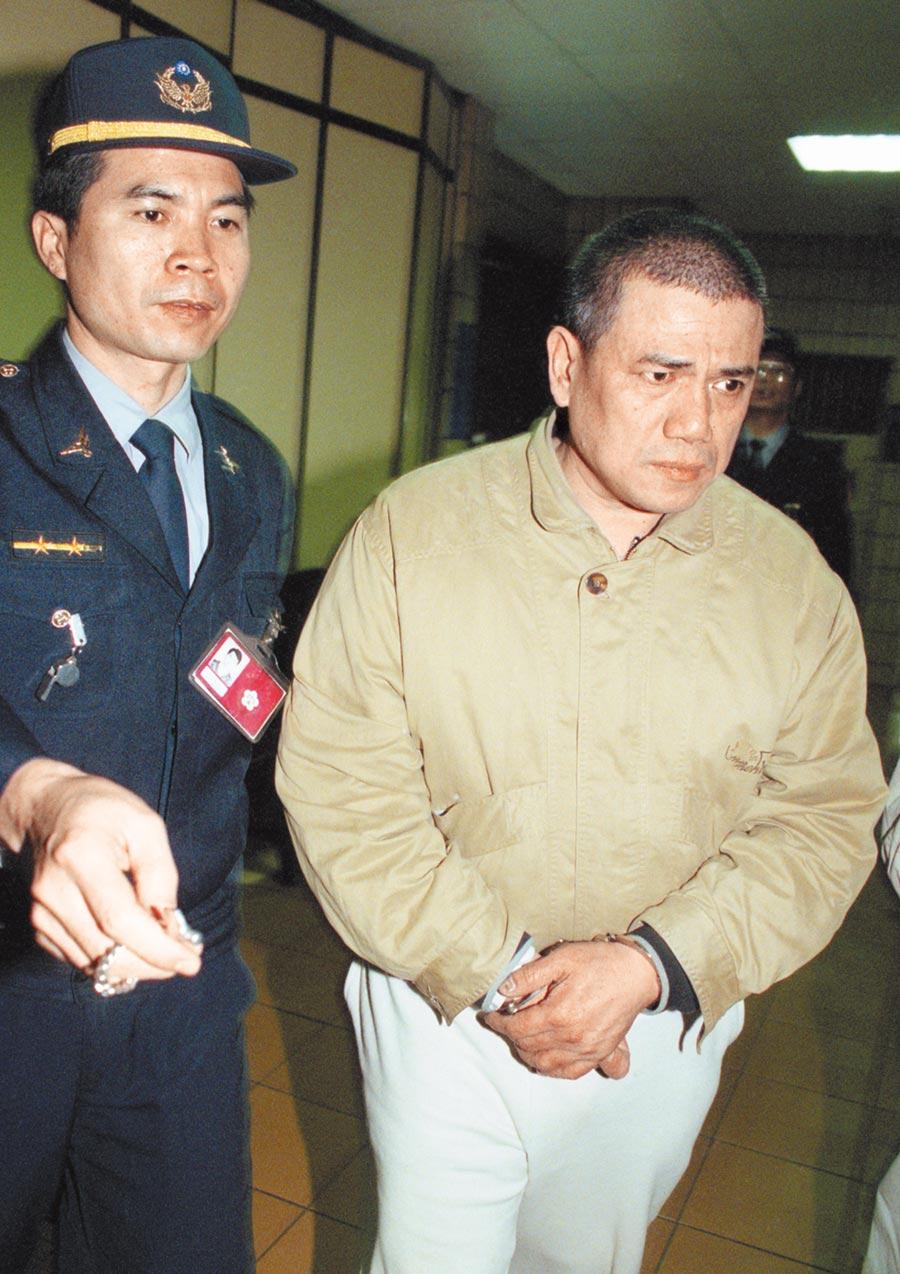 台灣警界最大醜聞、周人蔘電玩貪瀆弊案,纏訟24年官司終告落幕。圖為1998年2月19日台北地院提訊周人蔘(右)開庭。(本報資料照)