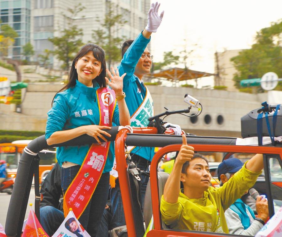 民進黨立委候選人高嘉瑜(左)10日在北市展開車隊掃街,不少支持者看見都熱情高舉雙手揮舞表達支持。(張立勳攝)