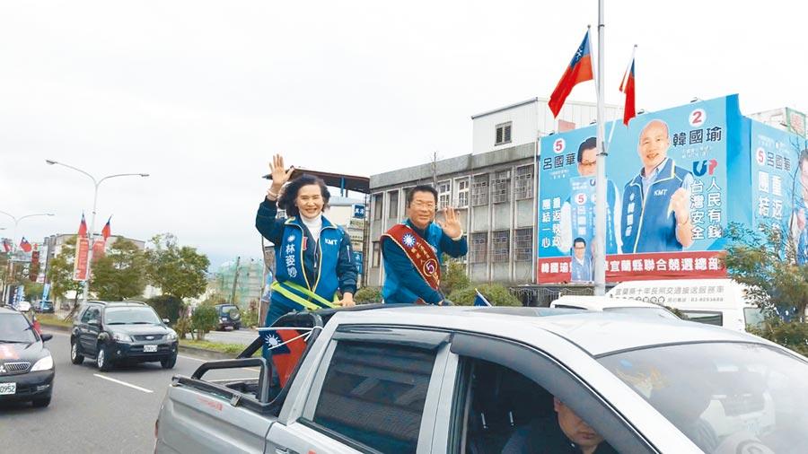 選戰最後一天,宜蘭縣長林姿妙(左)坐上國民黨立委候選人呂國華(右)的宣傳車,陪同掃街拜票。(胡健森攝)