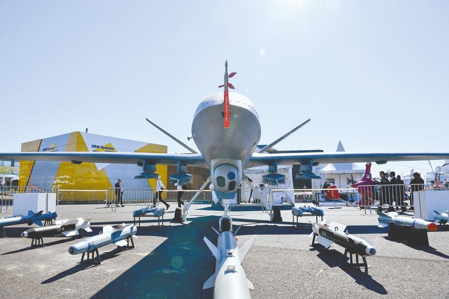 2017年6月19日,民眾在巴黎航展參觀「翼龍-2」無人機模型。(新華社)