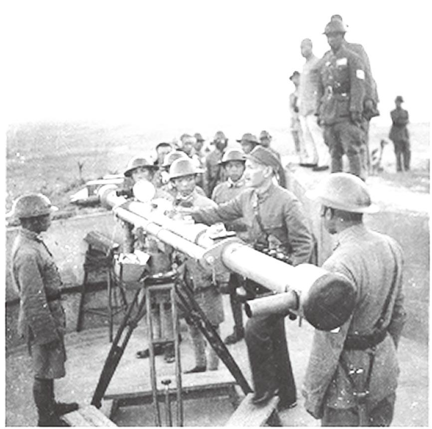 1937年,蔣委員長巡視江陰要塞區。(國史館提供)