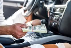 男好心載富豪友 驚見車內塞滿鈔票