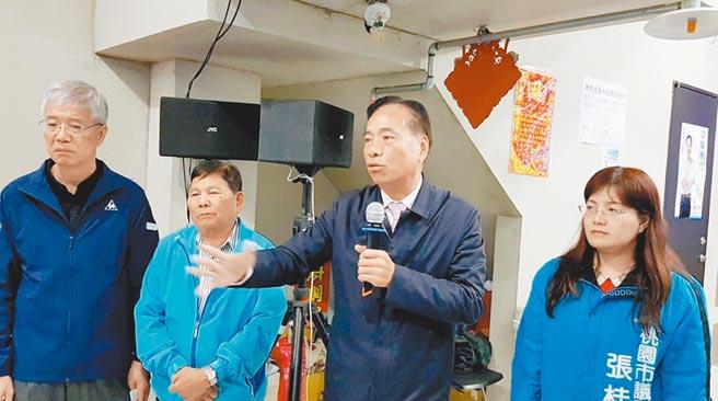 桃園市第一選區立委候選人陳根德(右二)宣布敗選。(甘嘉雯攝)