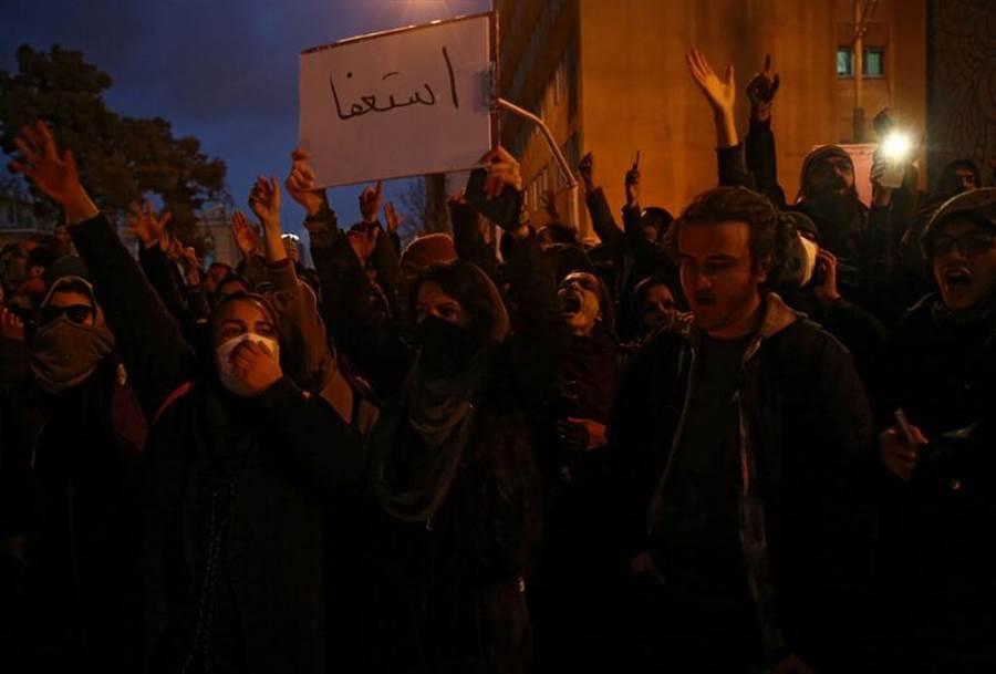 伊朗民眾憤怒抗議當局隱瞞誤射客機。(圖/路透社)