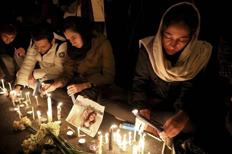 阿米爾卡比爾理工大學外,民眾哀悼空難罹難者。(圖/美聯社)