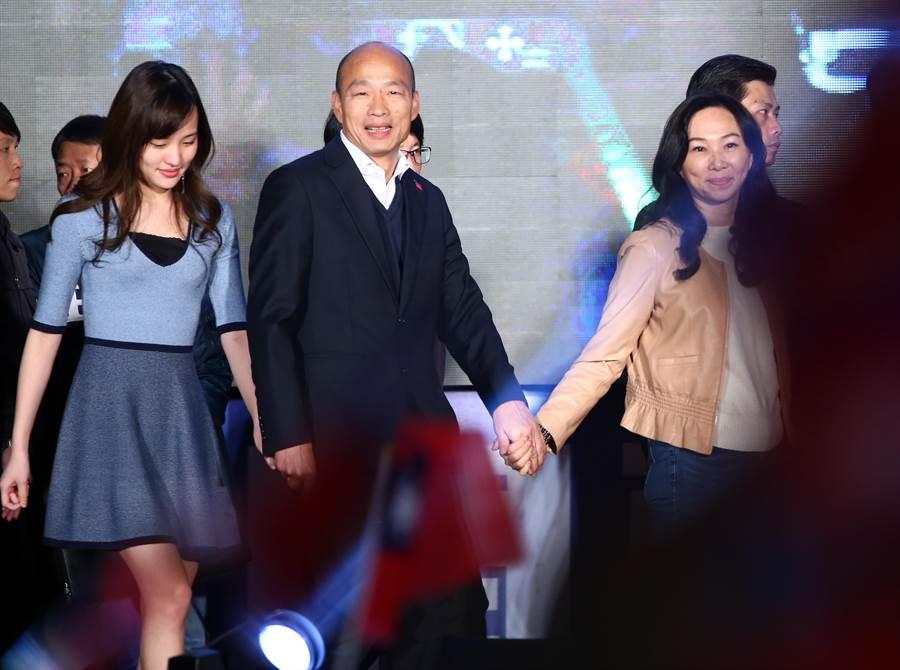 2020總統大選結果11日揭曉,國民黨總統候選人韓國瑜(中)與夫人李佳芬(右)、女兒韓冰(左)一同上台,向滿場支持者致意。(資料照,陳信翰攝)
