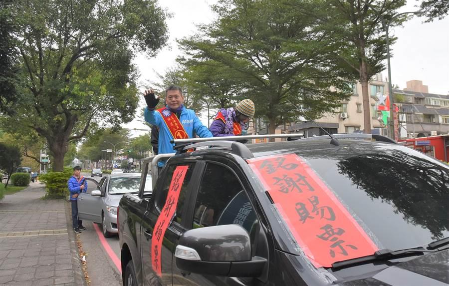 國民黨立委林為洲(左)12日展開謝票,他語重心長地分析國民黨在11日大選中失敗的原因,認為改革勢在必行。(莊旻靜攝)