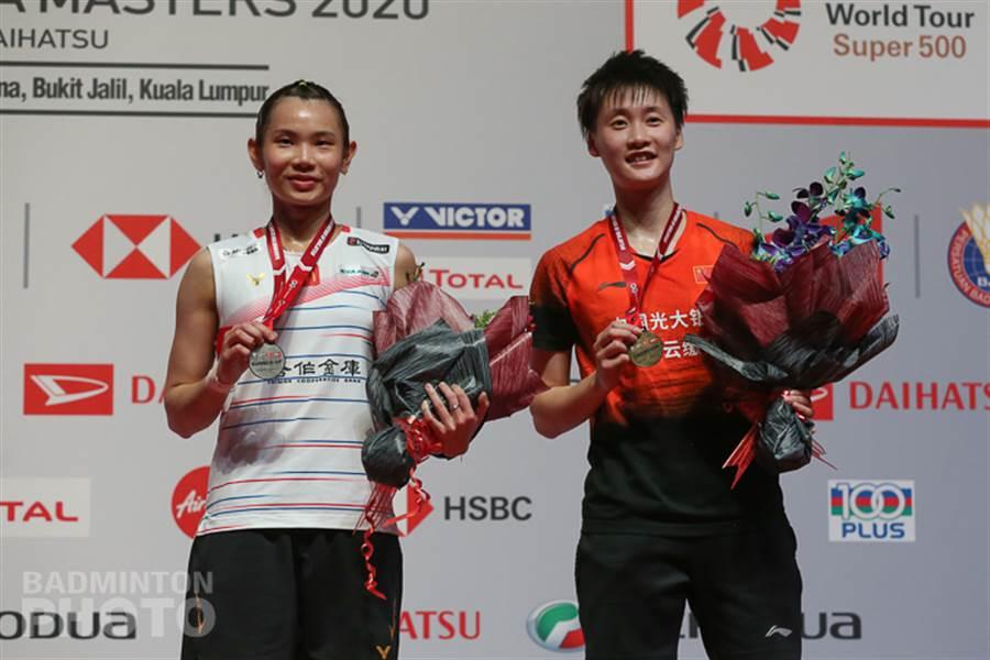 戴資穎(左)在馬來西亞大師賽女單決賽飲恨中國大陸陳雨菲(右)。(Badminton Photo提供/陳筱琳傳真)