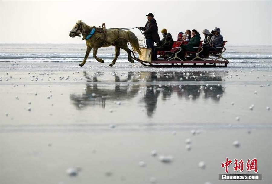 新疆冰雪季登場。(照片取自中新網)