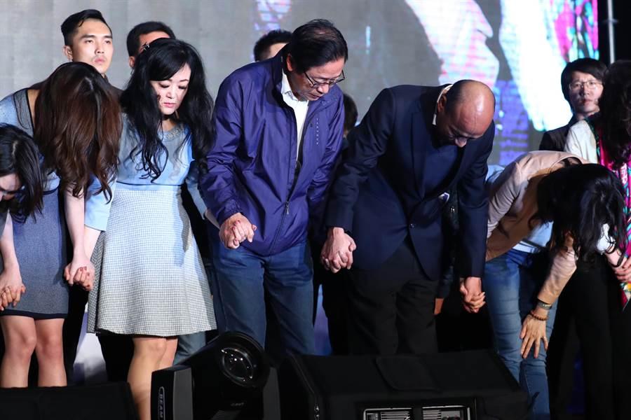 國民黨總統候選人韓國瑜(前右2)、副總統候選人張善政(前右3)11日晚間在高雄市黨部外發表敗選感言,並向支持群眾深深鞠躬,感謝眾人一路相挺。(圖文/中央社)