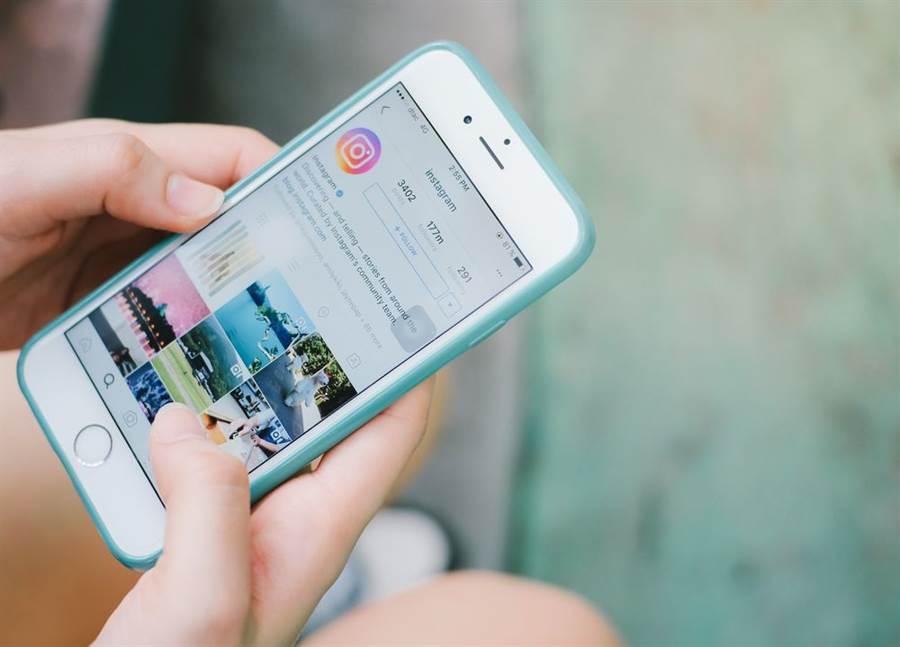 美國社群媒體臉書(Facebook)旗下Instagram(IG)10日承認,該公司會審查支持伊朗政府的貼文,並刪除支持伊朗革命衞隊指揮官蘇萊曼尼的內容。(示意圖/Shutterstock)