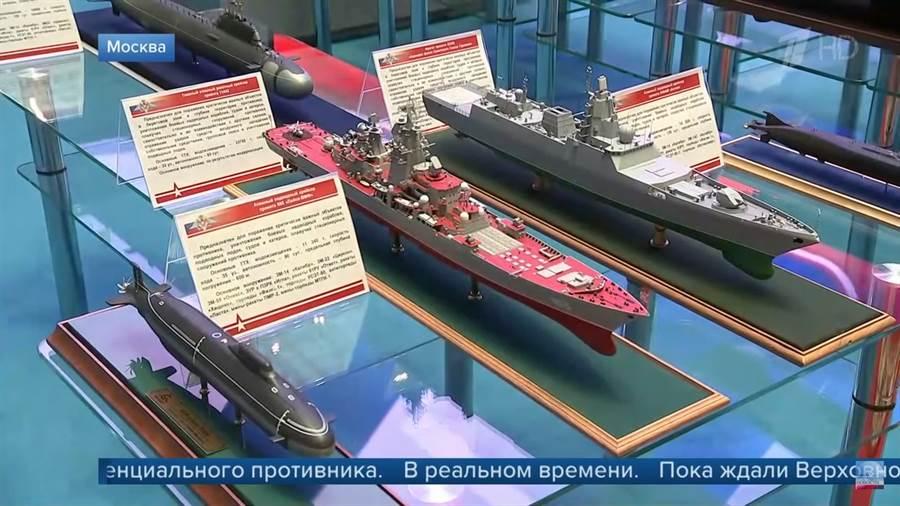 俄羅斯展示萊卡級(Laika-class)核子動力彈道飛彈潛艦(SSBN),升級版基洛夫戰鬥巡洋艦(Kirov class battlecruiser)、23550破冰巡邏艦等等。(圖/tass)