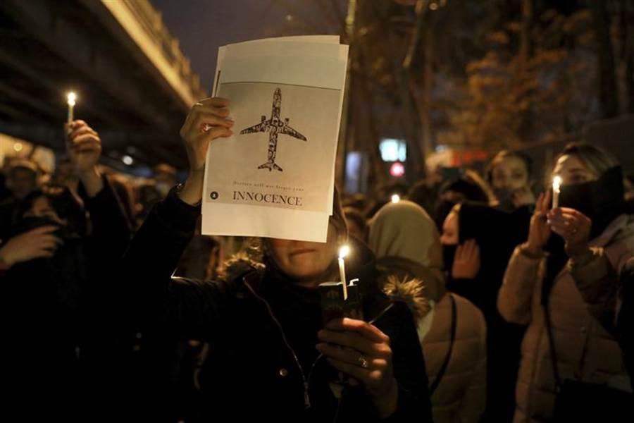 伊朗革命衛隊終於坦承誤擊烏克蘭民航機,在國內掀起民怨。千名該國學生11日集會哀悼罹難者,不料演變為反政府示威,抗議當局打死不認擊落客機。出席追思會的英國駐伊朗大使麥卡瑞,也遭伊朗當局以煽動罪名逮捕,引發英國外交部高分貝抗議。(美聯社)