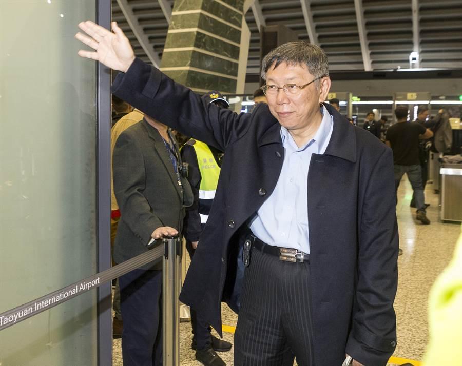 台北市長柯文哲12日深夜搭機出訪歐洲四個城市。(陳麒全攝)