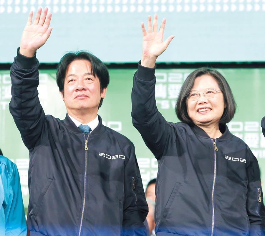 總統當選人蔡英文(右)與副總統當選人賴凊德(左)在開票晚會,答謝民眾支持。(圖/王英豪)