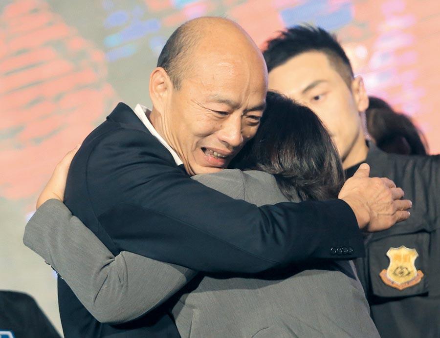 韓國瑜11日晚間前往國民黨高雄市黨部,與民眾擁抱表達感謝之意。(圖/范揚光)