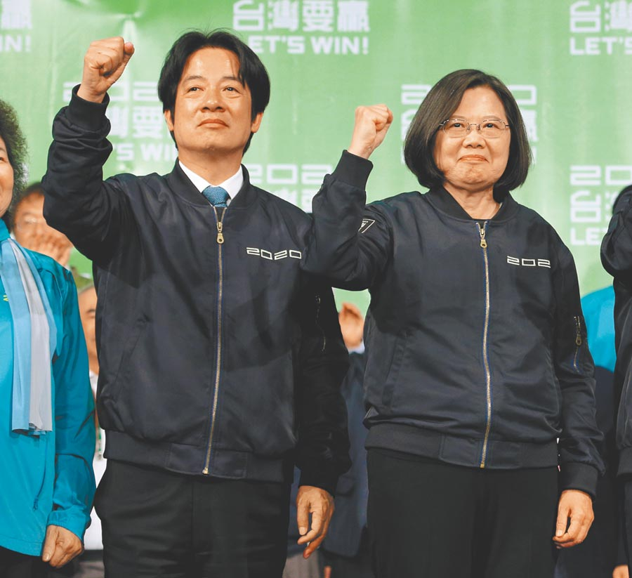 民進黨總統當選人蔡英文(右)與副總統當選人賴凊德(左)答謝民眾支持,感謝台灣人民再給4年讓她做得更好。(王英豪攝)