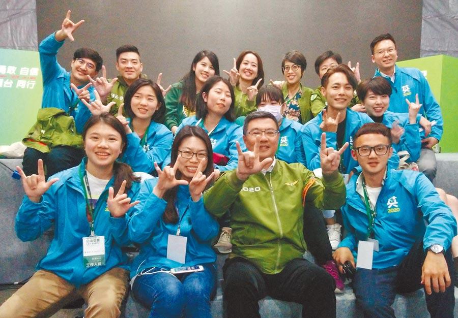 民進黨主席卓榮泰(前右二)在選戰獲得勝利後,愉快與黨工們拍照留念。(王英豪攝)