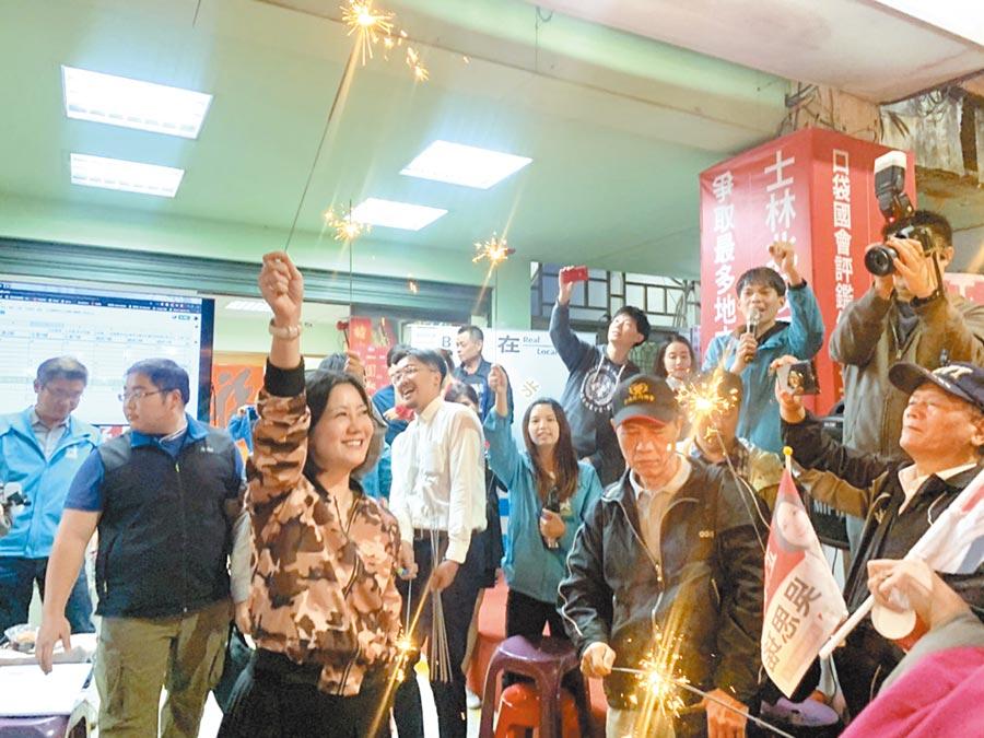 北市立委第一選區民進黨立委吳思瑤(左)順利連任,支持者高聲歡呼,一同放仙女棒慶祝。(張薷攝)