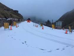 合歡山清晨傳出雪訊 車輛需加掛雪鏈才能通行