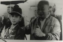 當年蔣經國幫撐傘 打少棒的他長大竟變成生物學家!