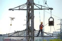 無人機不只能拍照 還能修電塔