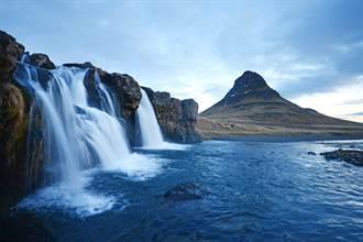 瀑布直衝懸崖頂 罕見奇觀遊客看呆