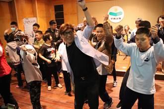 盼孩子們愛上音樂 成功特校校長上台與孩子們尬舞