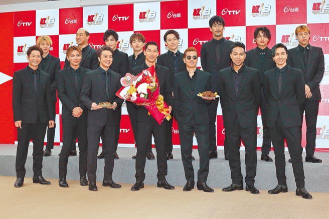 「放浪兄弟」黑木启司(前排左起)、SHOKICHI、TAKAHIRO、AKIRA、ATSUSHI、NESMITH、橘KENCHI、佐藤大树(后排左起)、关口MANDY、岩田刚典、NAOTO、TETSUYA、小林直己、白滨亚岚、世界15成员全员齐聚。(图/记者粘耿豪摄)