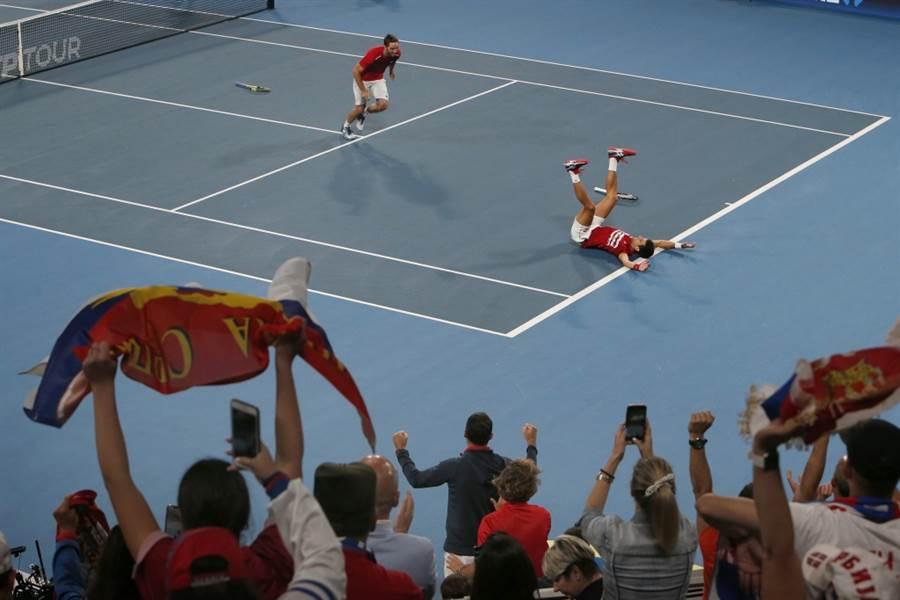 塞爾維亞觀眾全力聲援喬柯維奇的雙打比賽。(美聯社資料照)