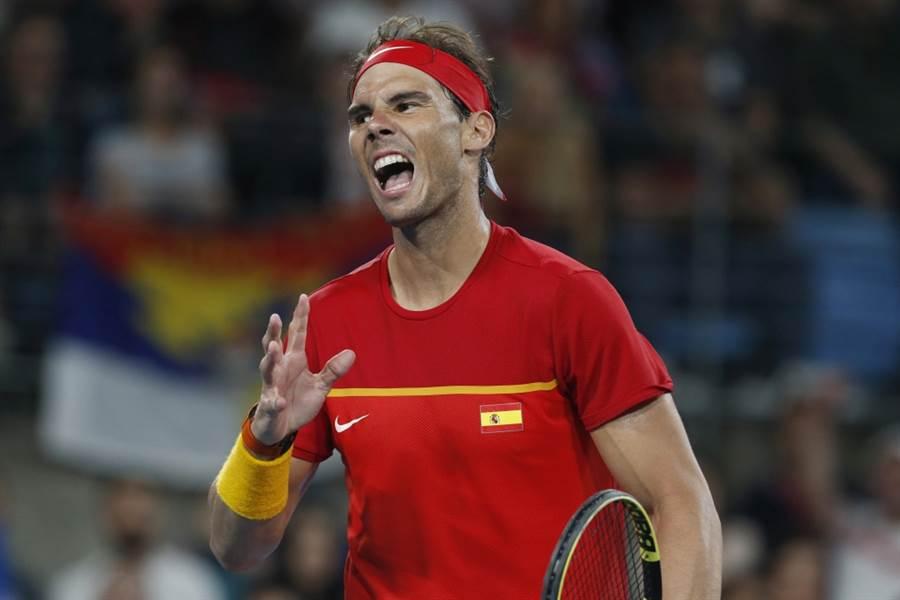 西班牙球王納達爾在ATP盃決賽單打輸給喬柯維奇。(美聯社資料照)