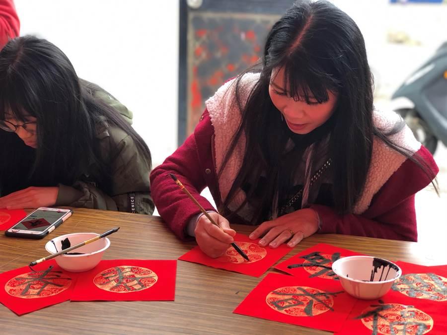 移民署金門縣服務站昨在在西浦頭社區中心舉辦「金鼠迎春.創意揮毫」活動。(移民署金門縣服務站提供)