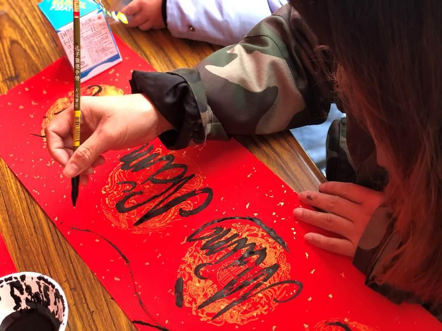 新住民用自己的母語,寫下各種春節應景吉祥話。(移民署金門縣服務站提供)