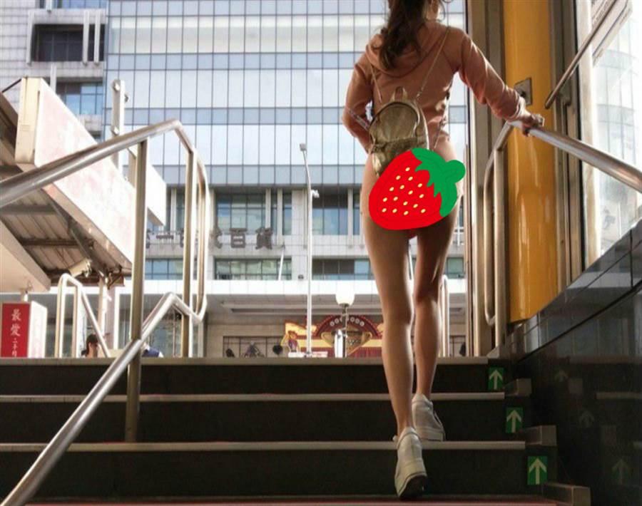 捷運站一抬頭 驚見短裙妹邪惡領域(圖翻攝自FB/加藤軍路邊隨手拍)