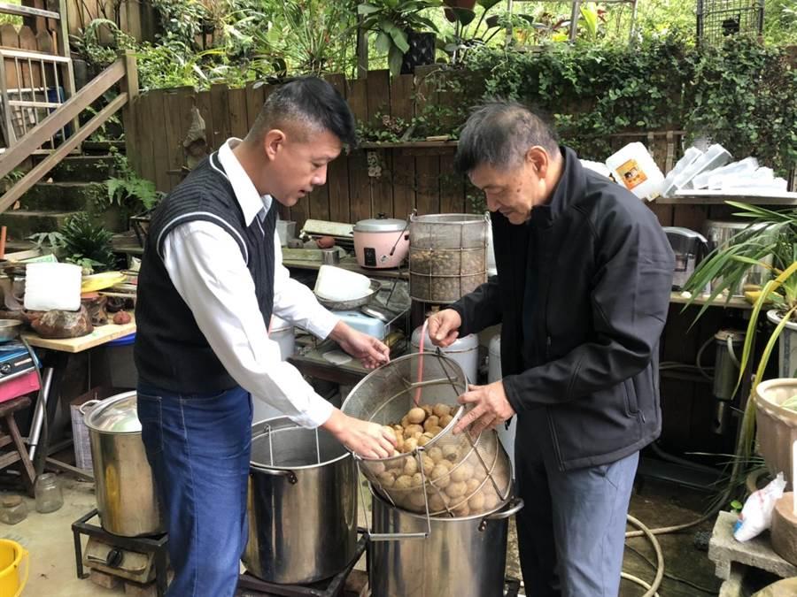 新北消防局政風室主任林三龍(圖左)前往名列台灣三大茶葉蛋之一的「里長茶葉蛋」,向里長陳建興請教調製秘訣。(讀者提供/吳家詮傳真)