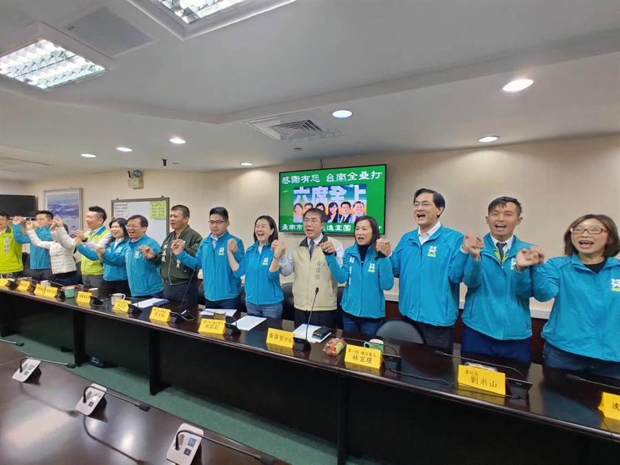 台南市議會民進黨團總召交接,黨團成員一起高喊「團結自信,守護台灣。六席全上,台南第一」。(洪榮志攝)